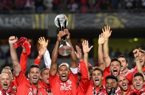 Benfica's Brazilian defender and teamcaptain Luisao Silva (C) raises the trophy after the Portuguese Liga Cup Final football match SL Benfica vs CS Maritimo at Coimbra city stadium in Coimbra on May 29, 2015. Benfica won 2-1.    AFP PHOTO/ FRANCISCO LEONGFRANCISCO LEONG/AFP/Getty Images